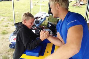 Många barn fick pröva på armbrytning mot Sverigemästaren.
