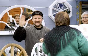 Hej, hej. Lite regn och rusk får då inte snickaren Kenneth Andersson på dåligt marknadshumör.