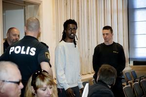 Sabir Nuur på väg in till rättegången. Han döms till 13 års fängelse och utvisning.