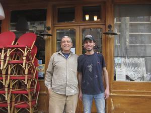 Ibrahim Karout från Syrien och Mahmood Tarhr från Irak har genom Facebook-sidan Action Emploi Réfugiés fått i uppdrag att rusta upp en restaurang i utkanten av Paris.   Foto: Louise Nordström/TT