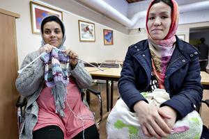 Zahra Tafwiz stickar en tröja och Safiye Gholam har stickat en kjol till dottern.