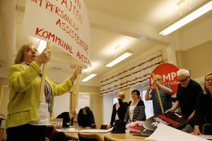 """Egna plakat. """"Vi skriver som vi själva vill"""", sa de socialdemokrater som hade samlats på sitt arbetsmöte i Avesta inför första maj."""