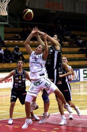 Helena Rutberg sträcker sig förgäves mot Luleås poängmaskin Eszter Csontos. Prickskytten från Norrbotten satte 27 poäng och med det var hon bäst på plan.
