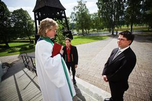 Prästen Lena Funge pratar med Kristoffer Frank och Klaus Hoffman, numera också Frank, strax innan den kyrkliga vigseln börjar.