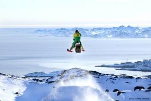 Ett av Patrik Berglunds bästa minnen från Grönlandsresan var de bedövande vackra vyerna, särskilt när han hoppade. Här gör han en så kallad stepdown, med staden Nuuk i bakgrunden.
