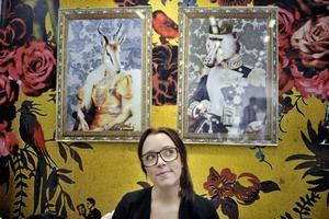 Lite galet.  Designern Lisa Bengtsson har snabbt gjort sig ett namn genom sina humoristiska tapeter och tallrikar med lite galna porträtt. Porträtten på väggen är nya för i vår, liksom tapeten bakom.