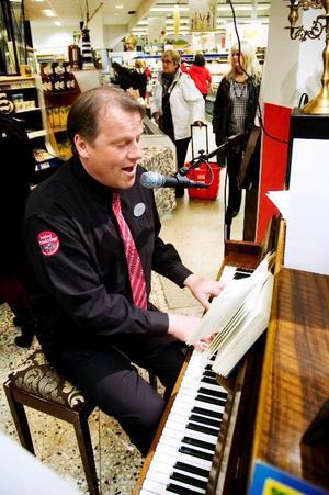 Vid ett par tillfällen per dag bjuder Ica-handlaren Curt Johnsson på musikunderhållning i sin butik.
