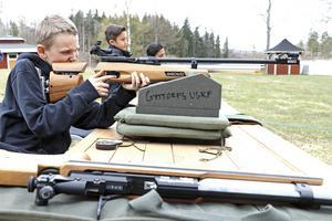 Sikta och skjut. Ludvig Andersson testar skytte hos sportskytteklubben som finns på plats vid bygdeården i Järnboås.