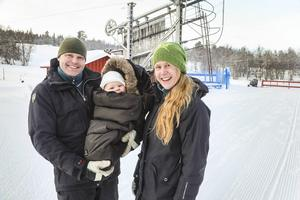 De drömde om Lugnet med mer skidåkning och friluftsliv. Sara Blomkvists och Stefan Ohlsson lämnade Skåne och köpte en egen skidanläggning. Sonen Oscar, åtta månader, verkar trivas han också.