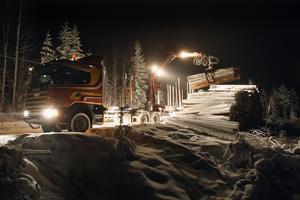 Förra året köpte företaget 15 olika maskiner av Göranssons åker i Färila.