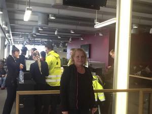 Ulla Öhman väntar på ett nytt plan på Stavanger flygplats i Norge.
