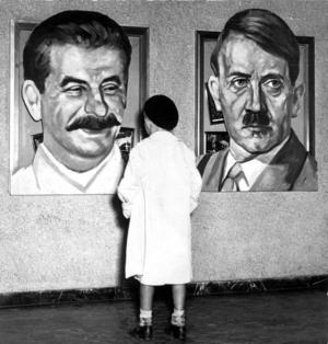 Stalin (till vänster) och Hitler (till höger). Två av historiens stora massmördare