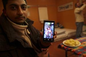 – Det här är min 2-åriga son. Jag hoppas att jag kan hjälpa honom till ett bättre liv genom att vara här, säger 26-årige Victor.