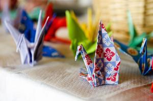 En av världens främsta origamiexperter kommer till kommunens bibliotek för att visa nyfikna barn vikandets ädla konst. Kanske visar han hur man gör pappertranor som på bilden. Foto:Klockar Mattias Nääs