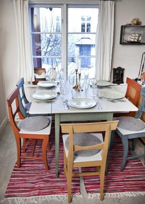Vid fönstret står en vacker matgrupp med stolar från 1800-talet. Där får man lust att slå sig ner.