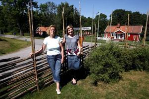 Carina Hägg och Carola Eurenius har bott i Hillevik med sina familjer i några år och har inga planer på att flytta därifrån.