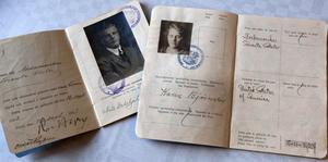 Här är de pass som Nils Dahlhjelm och Karin Björnsson hade när de reste till Amerika.