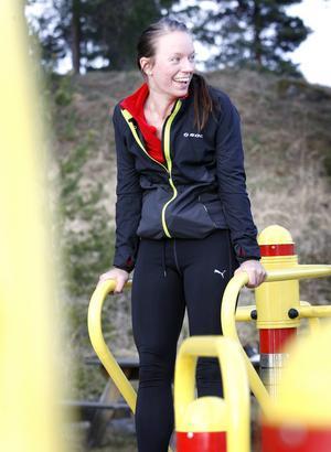 – Oj, det här var jobbigt, ropar Sara Lundgvist och tränar armmusklerna i en av stationerna.