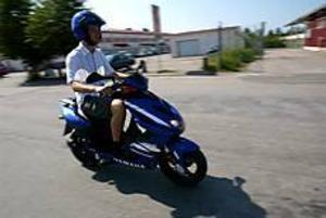 Foto: FRANK JULIN EU-moppe-test. Efter GD:s test av EU-moppen konstateras att den verkligen är enkel att köra. Ingen koppling och inga växlar att hålla reda på, bara att tuta och köra.