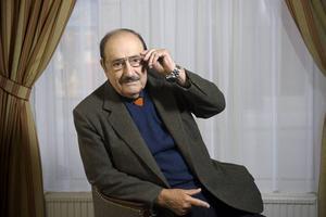 Umberto Eco ger sig in i tidningsbranschen - i romanform.