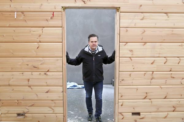 Den 2 000 kvadratmeter stora byggnaden har väggar av massivt finskt trä. Men kommer till skillnad från traditionella träkåkar ha stora svepande panoramafönster.