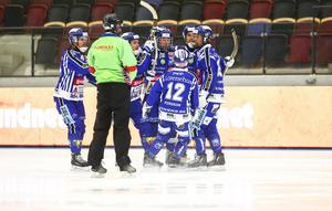 Martin Johansson (längst till vänster) och Villa Lidköping fick slita hårt mot ett starkt Neftyanik. Men laget är klart för final i World cup.