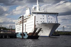 Härnösands kommun har polisanmält hamnägaren för brott mot lagen om sjöfartsskydd.