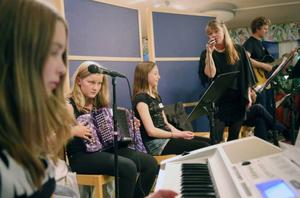 Sjätteklassarna Ella Thoren, Ingrid Zetterström, Lovisa Sandvold och Ellen Lindström bjöd på musik och diktläsning.
