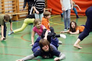 Att få springa tvärsöver rummet och sen slänga sig på golvet tycks vara det som eleverna uppskattar mest under workshopen i modern dans.