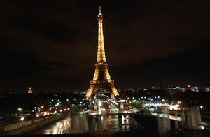 Eiffeltornet är en fantastisk byggnad som är mycket, mycket större än vad man föreställer sig.