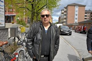 På väg. Lars-Göran Månzon ska träffa en gammal Promediakollega.