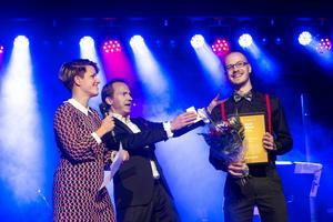 Årets säljare Keith Edström gratuleras av Anna Dahlgren, centrumledare på In-gallerian och kvällens konferencier Håkan Berg.