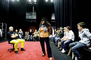 """viktigt ämne. Nästa vecka är det premiär för Folkteaterns föreställning """"En turk, en bög, en chilenare"""", som har sin utgångspunkt i en omdebatterad konflikt mellan elever på skolorna Sofiedal och Steneberg förra hösten. Här testar Mats Jäderberg och Ani Guinez en scen på ett gäng elever från Sofiedal för att se om något behöver ändras."""