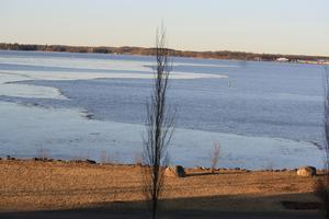 Isen på Mälar har många olika strukturer och formationer när den nu håller på att smälta bort
