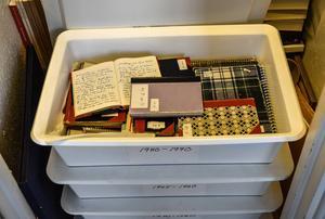Mycket finns redan på Kungliga Biblioteket men inte anteckningsböckerna som var det allra viktigaste arbetsmaterialet för Tomas Tranströmer. De ligger i Ikea-backar i ett skafferi.