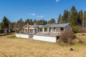Fritidshuset i Tynderö har ett utgångspris på 4 500 000 kronor.