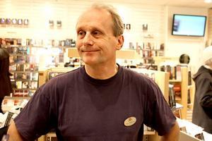 Nöjd.  Butikschef Karl Enström på Akademibokhandeln i Gävle kunde nöjt presentera 14 ton böcker när rean drog i gång på onsdagsförmiddagen.