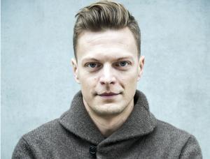 Björn af Kleen är skribent och författare, uppvuxen i Hedemora.