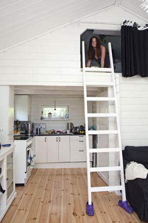 Eget sovloft, kompakt kök och foppatofflor på stegen.