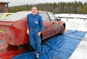 """14-åriga Nellie Höök, från Hällefors MK, kör sin tredje folkracetävling någonsin. """"Detta är det roligaste som finns"""", säger hon."""