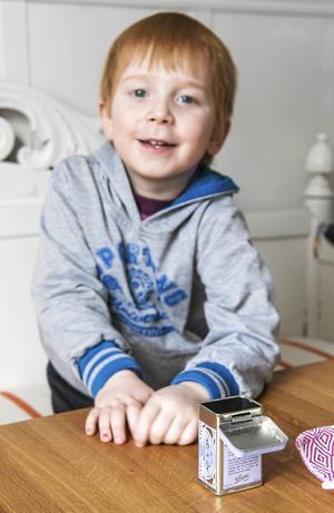 Godis köps i lösvikt och Arthur, 5 år, har en egen ask för sina godsaker.