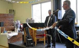 Kulturhuset invigt. Claes Mård i Studiefrämjandet har arbetat i två år med att få igång ett nytt musik- och kulturhus i Hallsberg. I dagarna fick han äntligen se det invigas av kommunalrådet Thomas Doxryd (S).