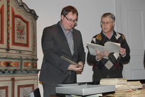 Lars Nylander, förste antikvarie på Hudiksvalls museum och informatören Jan-Olov Nyström har fått en del att titta på.