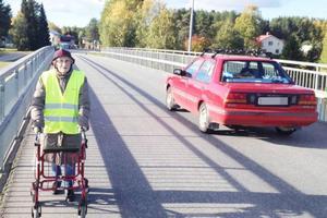 Nanny Mari Vestin är en av många äldre som ofta går över bron i Rossön. Om två bilar möts på bron finns ingen plats för gående, menar skolan och PRO Bodum. De protesterar nu mot att Trafikverket plockar bort ljus-signalerna på bron.