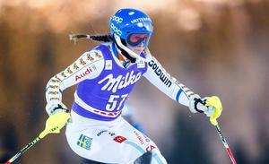 Sara Hector ligger på 28:e plats inför det andra åket i Flachaus världscupslalom.