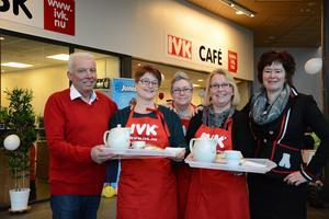 Resecentrums har fått kiosk och café igen. Här hälsar IVK:s verksamhetschef Peter Iwarsson välkommen tillsammans med Kristina Grundström, Susanne Gerling, Agnes Aho och Ann Käck.