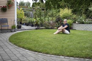"""Ingenjörsmannamässigt. """"Cirkeln i trädgården är så rund som bara två ingenjörer kan göra den"""" säger Åsa Henriksson. Till vänster är odingsområde och till höger är prydnadsområde."""