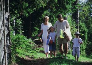 Skogspromenad med familjen.