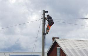 Kabeltekniker Erland Ramström fick i uppgift att plocka ned telefonledningar som var i vägen för husflytten.