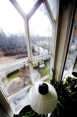 De smårutiga fönstren är fantastiskt vackra, men jättejobbiga att putsa. I varje enhet är det 102 små, och mycket tunna, rutor.